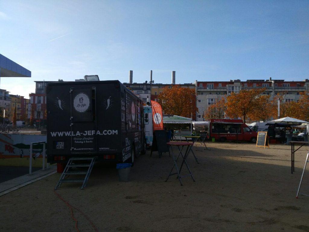Kaum geht die Sonne auf, bauen die ersten Wagen auf - beim Foodtruck-Festival im Rieselfeld