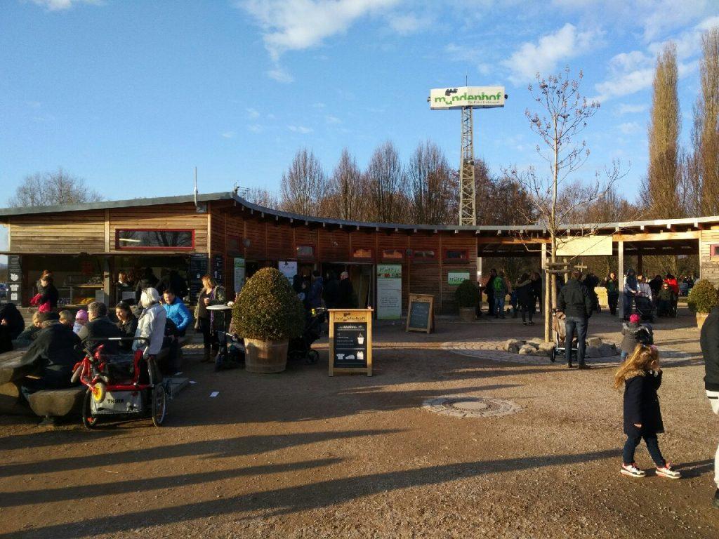 Mundenhof in Freiburg gut besucht zur Saisoneröffnung der Gastronomie