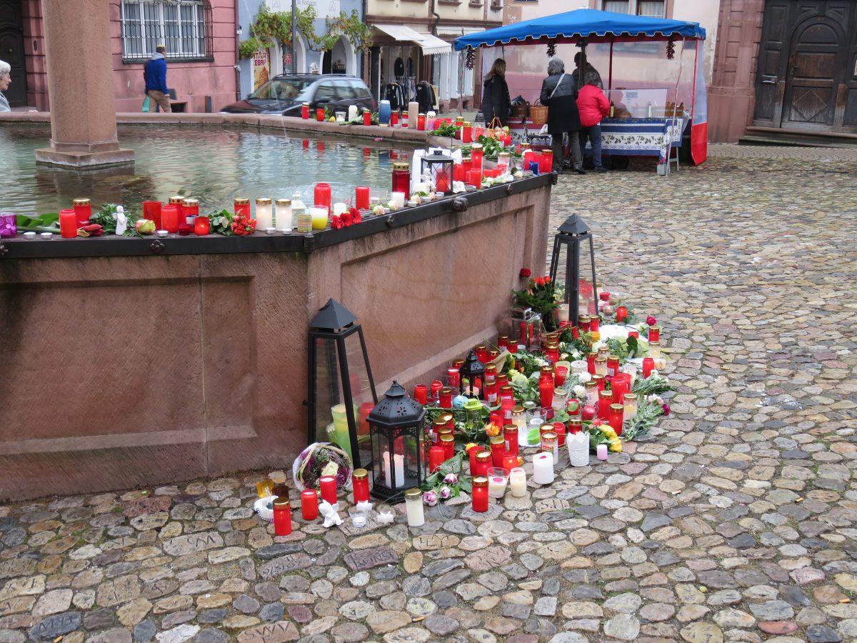 Brunnen Endingen bei Freiburg mit Trauerkerzen
