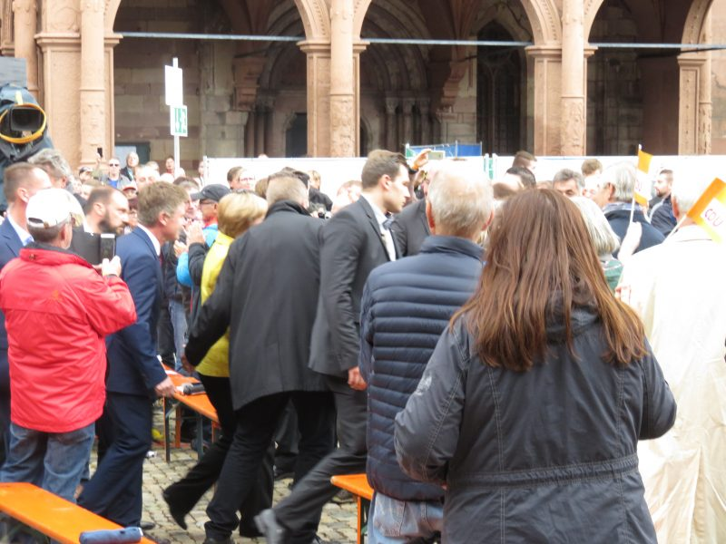 Merkel in der Menge in Freiburg