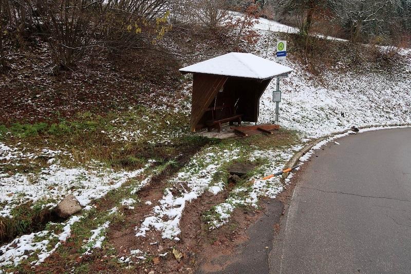 buswartehaeuschen-steinen-unfallflucht-polizei