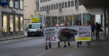 Splitterfasernackt demonstrieren Aktivisten vor Breuninger