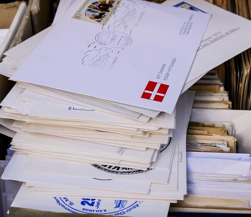 briefe-stapel-Briefzusteller--breisach