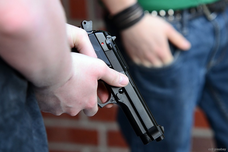pistole-waffe-bahnhof-freiburg-pixabay