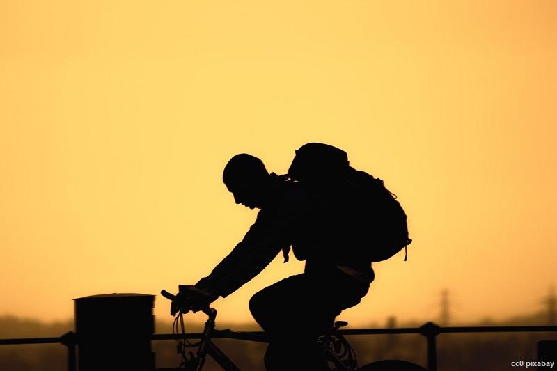 radfahrer-sonnenaufgang-ebike-freiburg-pixabay