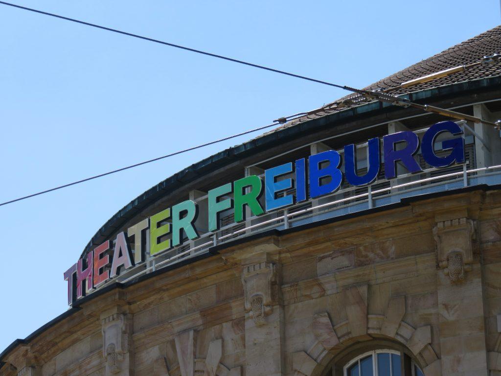 Auch das Theater erschien in Regenbogenfarben