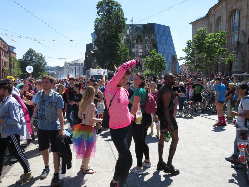 Die Menschen tanzten fröhlich in Freiburg