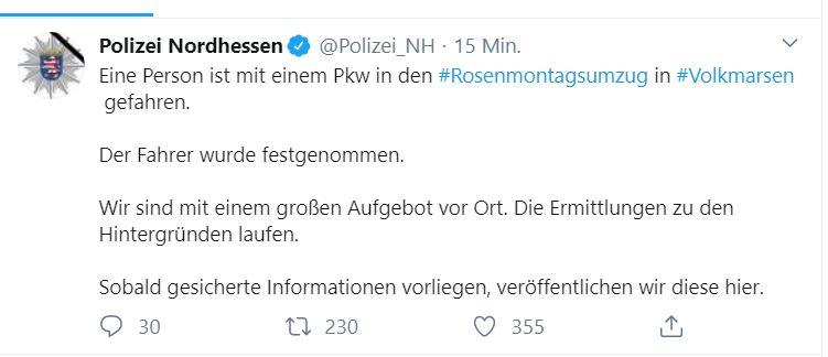 Kassel Volkmarsen Rosenmontagszug Auto Menschenmenge