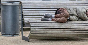 obdachloser-parkbank