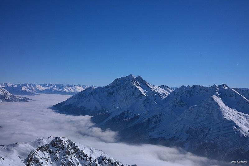 arlberg-skifahrer-österreich