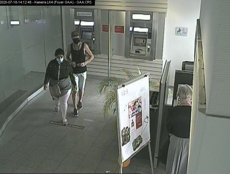Trickdiebe am Geldautomat - nachdem sie eine Seniorin bestohlen haben