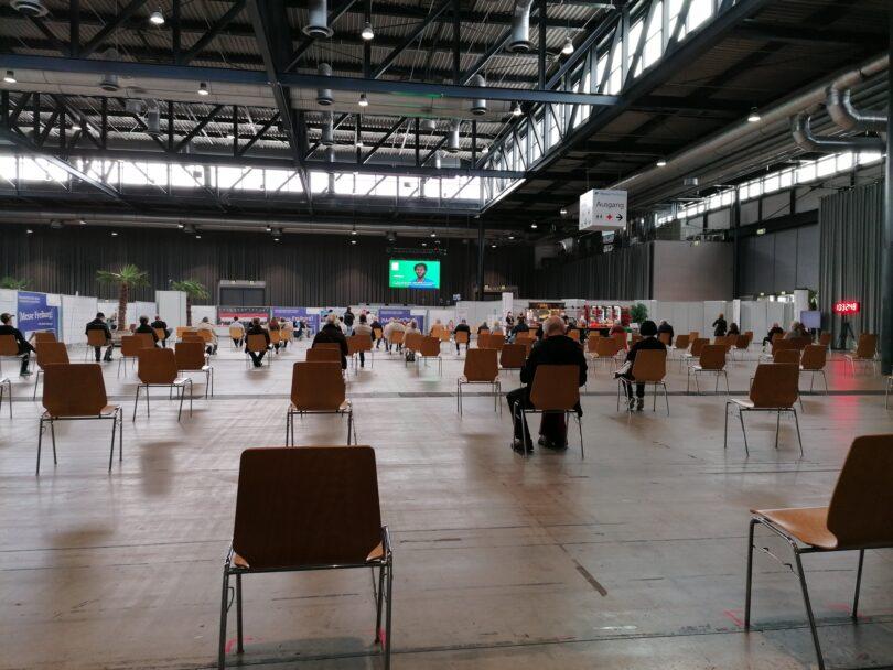 Impfzentrum-Freiburg-Wartende-Aufnahme-vom-16052021
