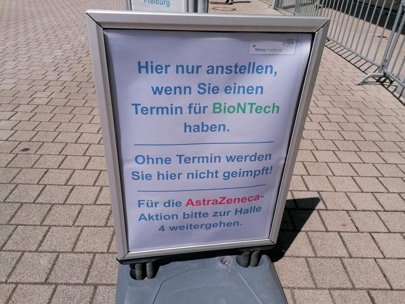 AstraZeneca und Biontech Impfungen - Schild vor der Freiburger Messe
